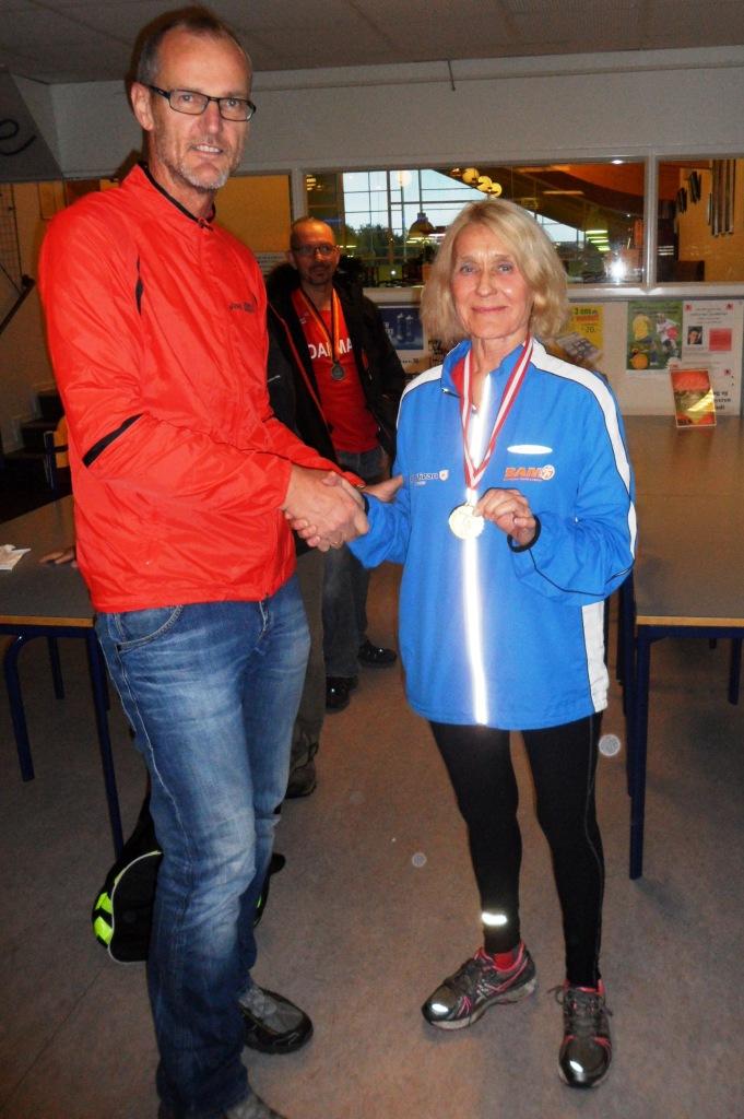 Birgit får overrakt DM medaljen af næstformand Dan