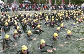 Start på svømning, det er Flemming som nr. 2 i første række fra venstre, med den lidt røde våddragt