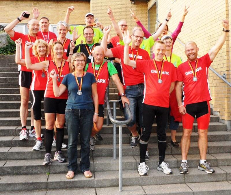 Berlin MT-løbere hjemme på trappen med medaljer og Jørn fra Odense også med